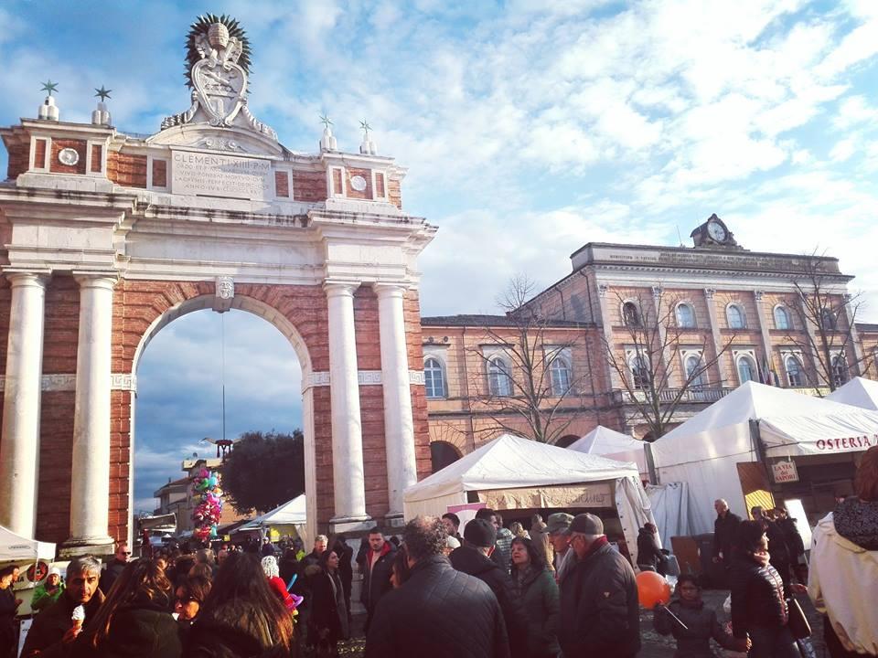 Piazza Ganganelli, l'Arco e il Comune